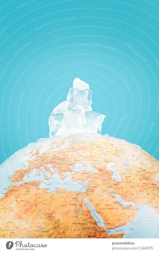 Kugel mit schmelzenden Eiswürfeln sparen Umwelt Natur Erde Klima Klimawandel Wärme Wasser Globus heiß blau Ende Idee Berg Wandel & Veränderung Würfel abbilden