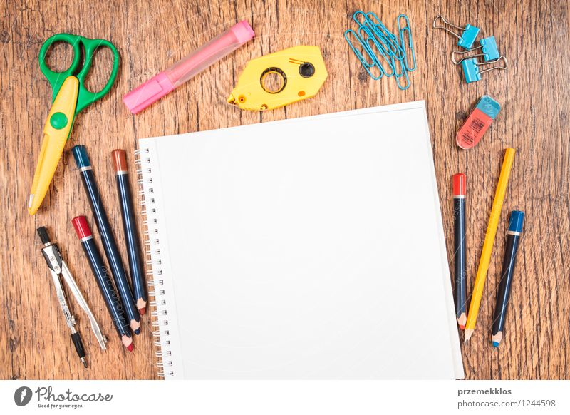 Schulzubehör auf einem Schreibtisch Schule lernen Arbeit & Erwerbstätigkeit Arbeitsplatz Büro Werkzeug Schere Papier Schreibstift mehrfarbig weiß Bildung