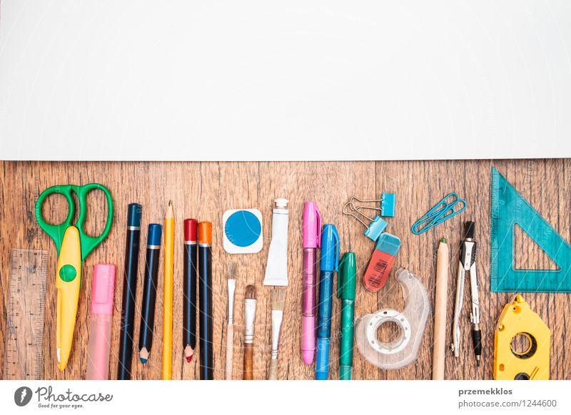 Schulzubehör auf einem Schreibtisch weiß Schule Arbeit & Erwerbstätigkeit Büro lernen Papier Bildung Schreibstift Werkzeug Arbeitsplatz Zettel Bleistift