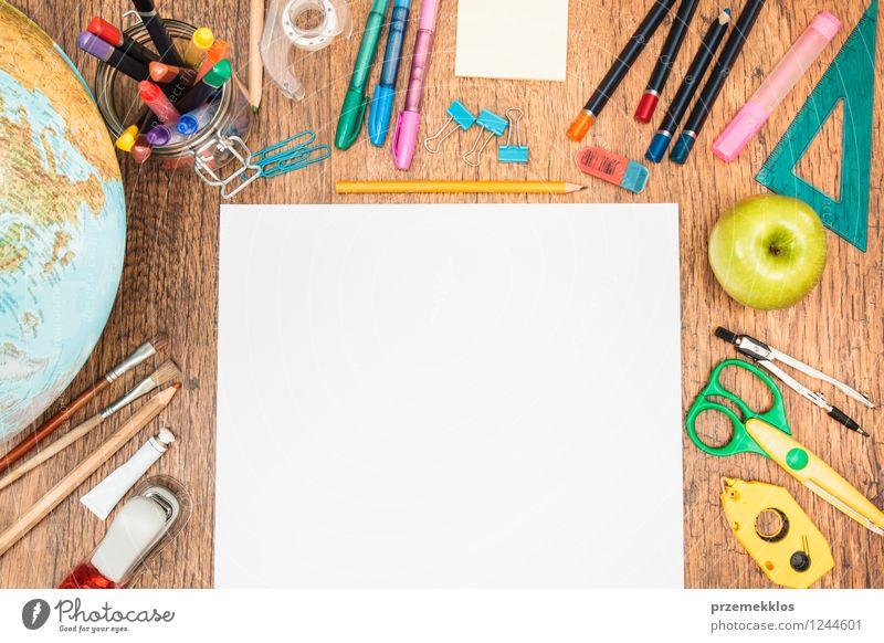 Bereit zu beginnen Frucht Apfel Schreibtisch Schule lernen Werkzeug Schere Papier Zettel Schreibstift Globus mehrfarbig weiß Bildung blanko Kompass Farbstift