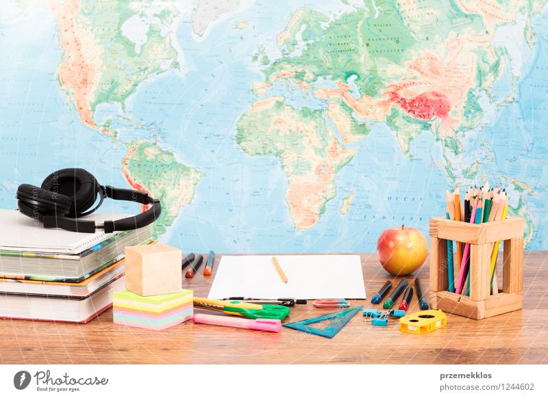 Schule Frucht Buch lernen Apfel Schreibtisch Kopfhörer Schreibstift Werkzeug Arbeitsplatz Landkarte Zettel Bleistift Farbstift Objektfotografie Schere