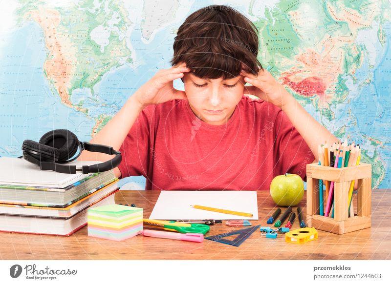Junge, der an seine Hausarbeit denkt Mensch Kind Denken Kindheit Buch lernen Bildung 8-13 Jahre Student Apfel Schreibtisch Sorge Kopfhörer Schreibstift Werkzeug