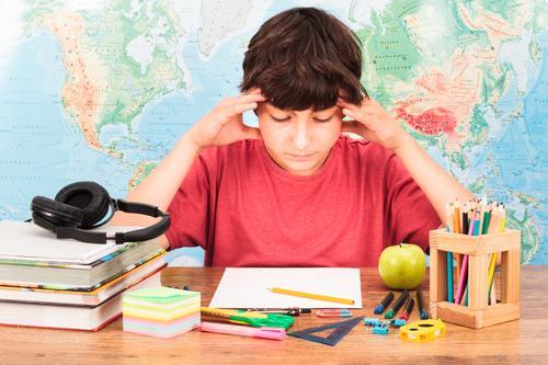 Mensch Kind Junge Denken Kindheit Buch lernen Bildung 8-13 Jahre Student Apfel Schreibtisch Sorge Kopfhörer Schreibstift Werkzeug