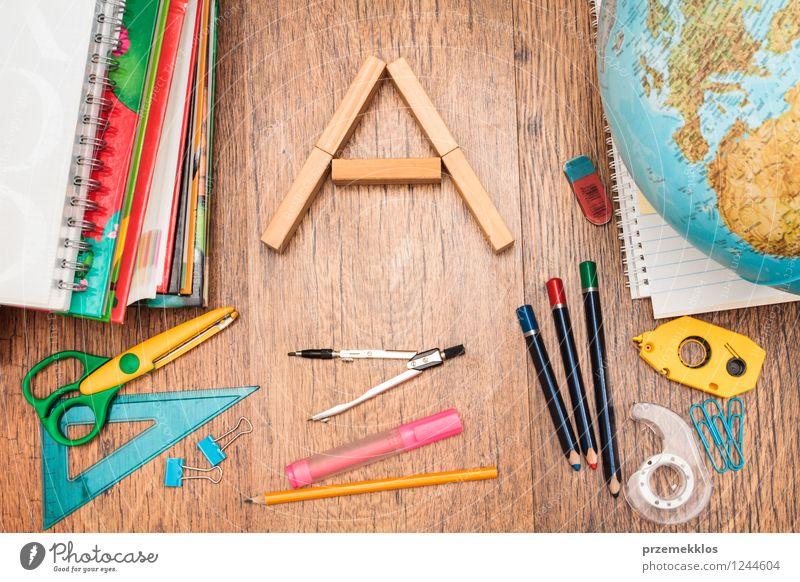Schulzubehör auf einem Desktop Schule Arbeit & Erwerbstätigkeit Büro Buch lernen Papier Bildung Schreibtisch Schreibstift Werkzeug Arbeitsplatz Accessoire
