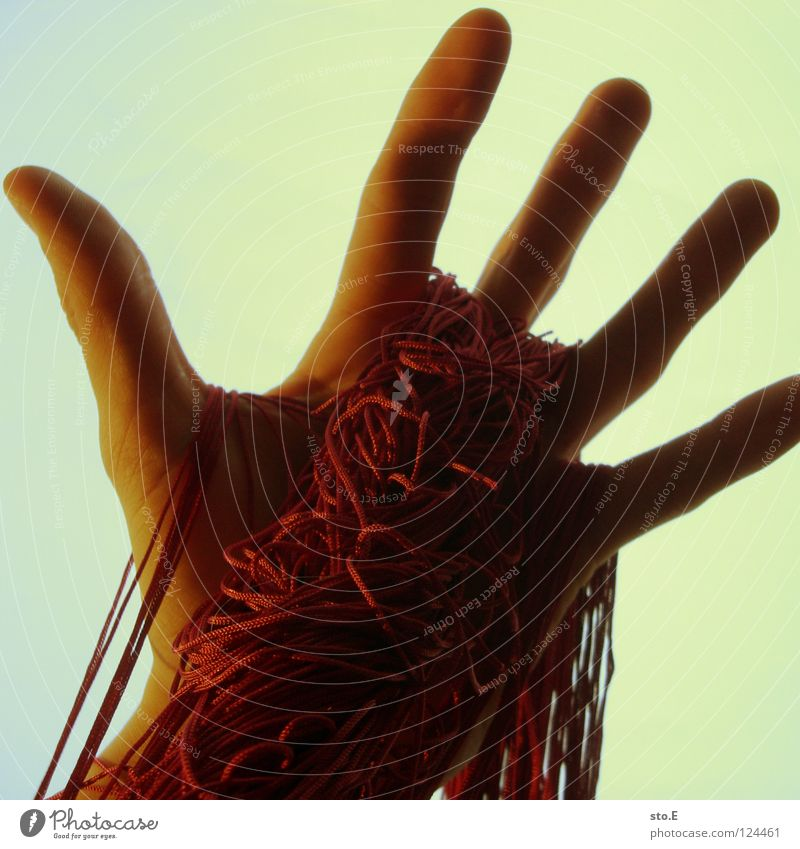 doppelt peace und lange haare klein nah Hand Finger manuell spreizen Gummi Zwang wickeln gebunden elastisch dehnen Licht verdunkeln Schatten Hintergrundbild