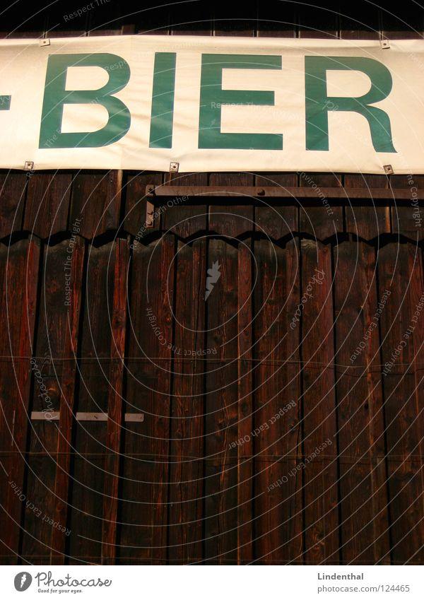 Bier Holz Schriftzeichen Buchstaben Tor Holzbrett Scheune Holzmehl Brauerei