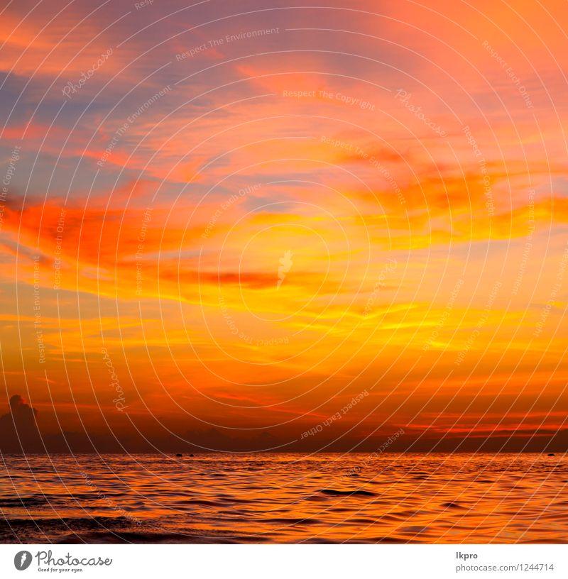 Sonnenaufgang Boot und Meer in Himmel Natur Farbe Erholung rot Wolken Strand Berge u. Gebirge Küste Freiheit Sand Felsen Wasserfahrzeug Tourismus Wellen