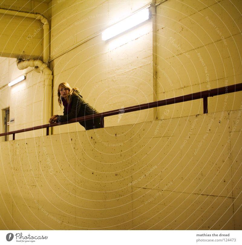 ... Frau blond lang schön Wand hart kalt bewegungslos gelb Lampe Leuchtstoffröhre Kunstlicht Stab Eisen Eisenstangen Fuge Raum dunkel gruselig stehen
