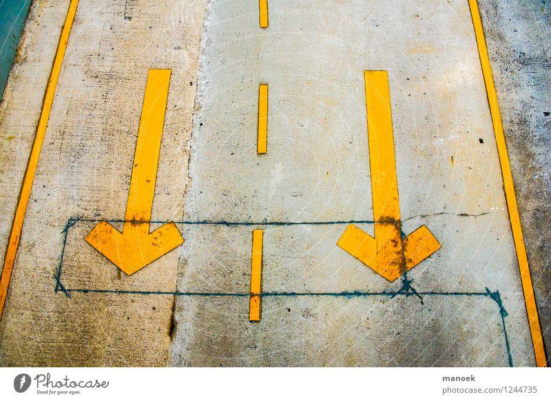 Pfeile auf der Straße Stadt Parkhaus Verkehr Verkehrswege Autofahren Verkehrszeichen Verkehrsschild Beton Zeichen Hinweisschild Warnschild Streifen Beginn