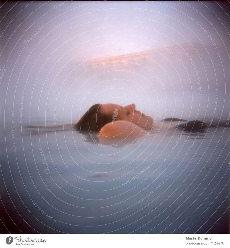 Nebellagune II Blaue Lagune Island Reykjavík Frau Im Wasser treiben gleiten Rückenlage Bikini Badeanzug geschlossene Augen nass Sehenswürdigkeit Erholung