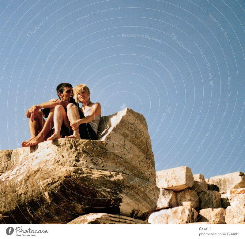 Küsschen? Mensch Jugendliche alt Himmel blau Sommer Ferien & Urlaub & Reisen Liebe gelb Erholung Freiheit Glück Stein Paar Freundschaft Zufriedenheit