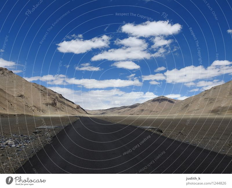 endless road Himmel Ferien & Urlaub & Reisen blau Einsamkeit Landschaft ruhig Wolken Ferne Umwelt Berge u. Gebirge Straße grau braun Felsen Horizont Luft