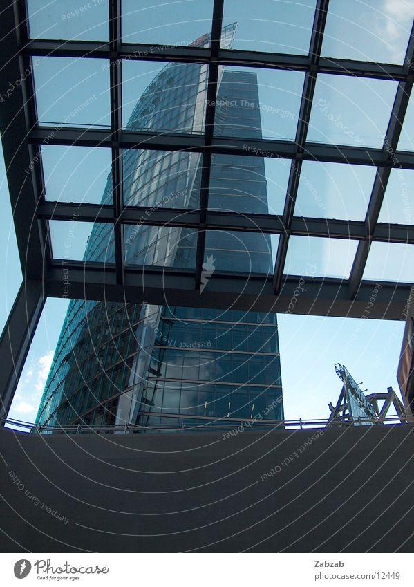 aufblick Himmel blau Ferien & Urlaub & Reisen Wolken schwarz dunkel Fenster Berlin Gebäude hell Deutschland Ausflug Hochhaus modern Perspektive neu
