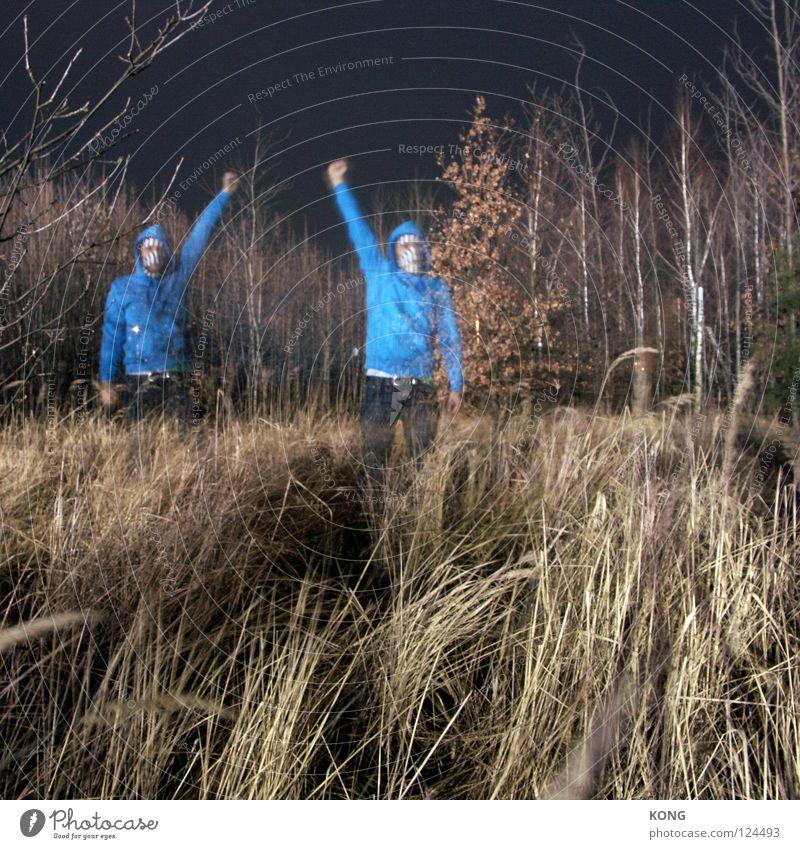 zerrbild dunkel Wiese Nacht mehrere 2 Reflexion & Spiegelung Kapuze Langzeitbelichtung Faust Rebell auflehnen stark Wald Gras Baum Kraft hell zweimal