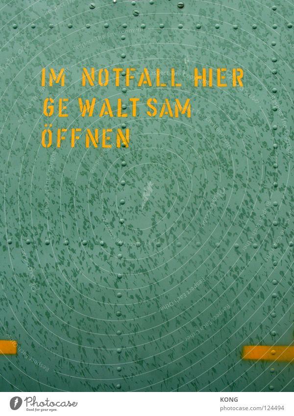 in der not ... grün gelb Farbe Metall Tür Schilder & Markierungen Industrie Buchstaben Wut Gewalt Hinweisschild Eingang Typographie Ärger Ausgang aufmachen
