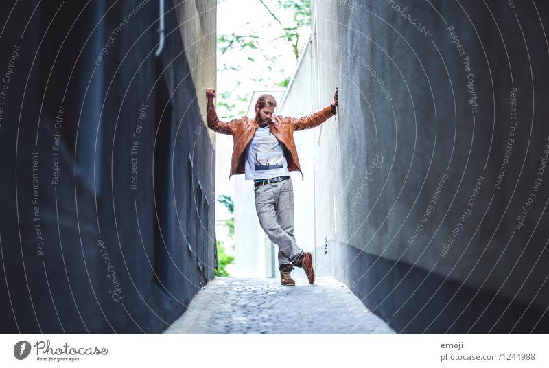 in the streets maskulin Junger Mann Jugendliche 1 Mensch 18-30 Jahre Erwachsene Stadt Haus Mauer Wand Fassade trendy schön Gasse Farbfoto Außenaufnahme Tag