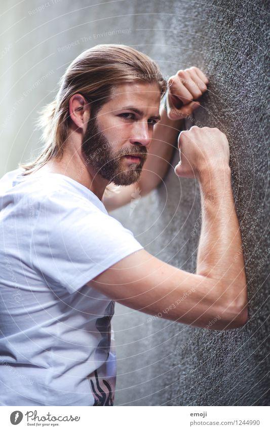 Wand maskulin Junger Mann Jugendliche Erwachsene 1 Mensch 18-30 Jahre langhaarig Vollbart Coolness trendy schön einzigartig muskulös Mauer anlehnen abstützen
