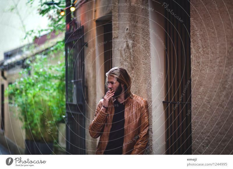 Gasse maskulin Junger Mann Jugendliche 1 Mensch 18-30 Jahre Erwachsene Altstadt Mauer Wand Fassade Coolness dunkel trendy Farbfoto Außenaufnahme Tag