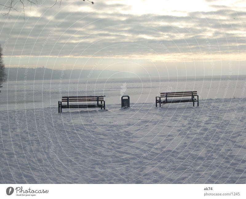 Winterlandschaft mit 2 Bänken und nem Papierkorb weiß Schnee Bank