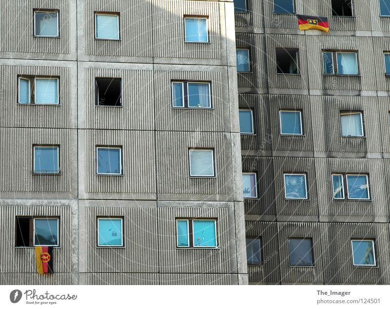 Was denn nun? Berlin Fenster grau Deutschland Wohnung trist Fahne Häusliches Leben Vergangenheit Deutsche Flagge Teilung historisch DDR Sportveranstaltung Nostalgie Osten