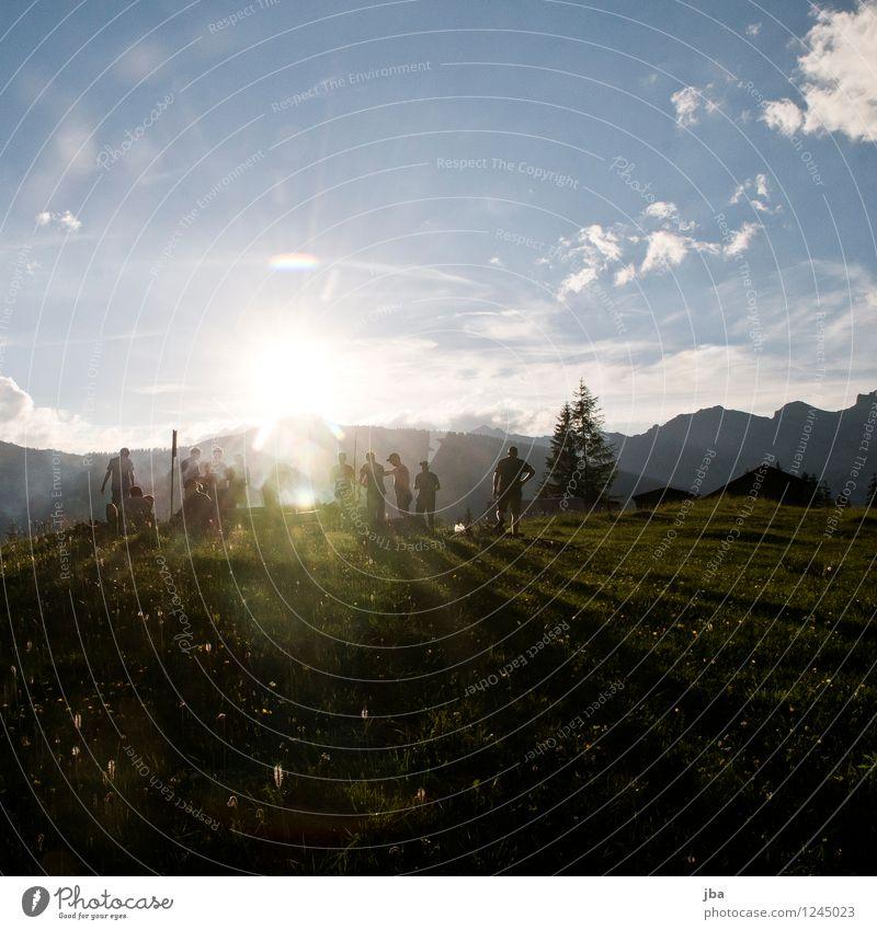 grillen und chillen Mensch Jugendliche Sommer Landschaft 18-30 Jahre Erwachsene Berge u. Gebirge Wiese Gras Feste & Feiern Freiheit Menschengruppe Zusammensein