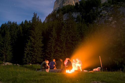 grillen mit Freunden Mensch Natur Jugendliche Sommer 18-30 Jahre Wald Erwachsene Berge u. Gebirge Feste & Feiern Menschengruppe Freundschaft Zufriedenheit