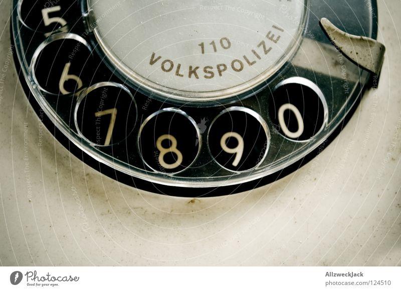 Notruf 110 DDR Osten Bulle grün weiß Telefon wählen 5 6 7 8 9 leer Wählscheibe old-school Öffentlicher Dienst Buchstaben Schriftzeichen Ziffern & Zahlen