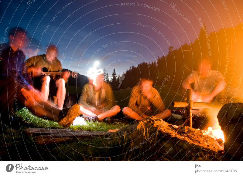 Lagerfeuer 3 Mensch Jugendliche Sommer Erholung 18-30 Jahre Wald Erwachsene Berge u. Gebirge Freiheit Menschengruppe Stein Freundschaft maskulin Zufriedenheit