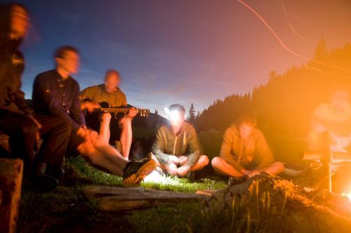 Lagerfeuer 4 Natur Jugendliche Erholung 18-30 Jahre Erwachsene Berge u. Gebirge Freiheit Menschengruppe Freundschaft maskulin Freizeit & Hobby Musik Kreis