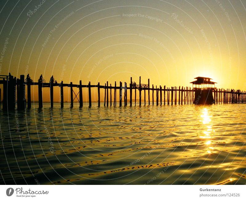 Sonnenkraft Myanmar Mandalay Teak Holz Holzbrücke Asien Abenddämmerung See Gegenlicht Licht Brücke Himmelskörper & Weltall u-bein Pfosten Wasser Schatten