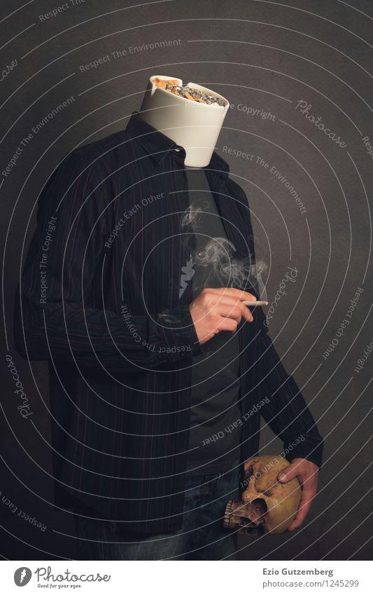 Raucher mit Aschenbecher als Kopf und Totenschädel Mensch Mann Hand Erwachsene Tod Gesundheit maskulin Körper gefährlich Coolness festhalten T-Shirt