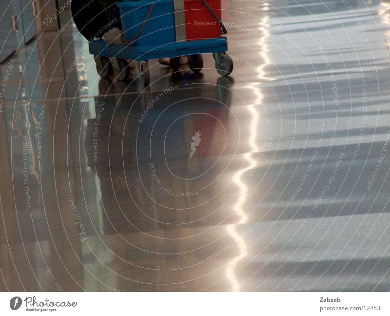 zurich airport 2 Eile Raumpfleger Reflexion & Spiegelung Licht Lampe Reinigen Wagen Tanzfläche Flughafen Stress Luftverkehr Flugplatz Bodenbelag Untergrund