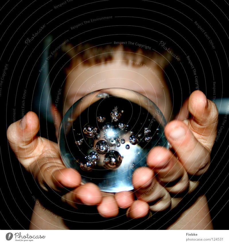 Blick in die Zukunft Kind Wasser Hand Junge träumen Luft klein Religion & Glaube blond Beleuchtung Glas Finger Sicherheit rund