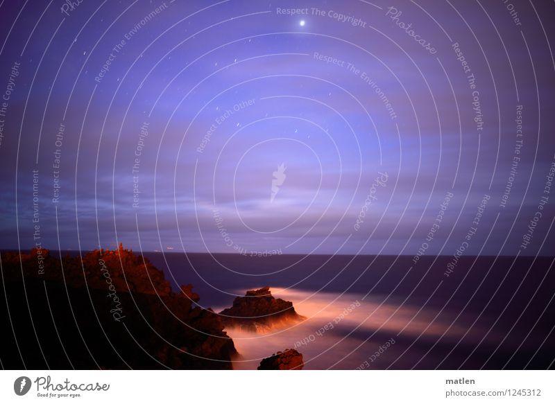 nachts Himmel Natur blau weiß Meer Landschaft Wolken dunkel Küste braun Felsen Horizont orange Wetter Wellen Wind