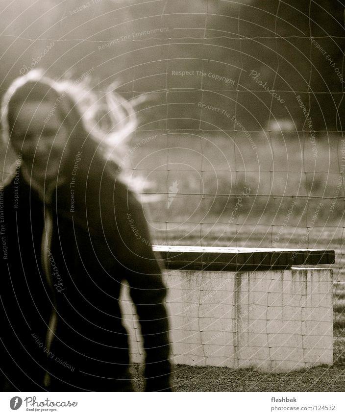 Fokus für Anfänger Frau Freude Herbst lachen Haare & Frisuren Wind Beton Bank Zaun Monochrom