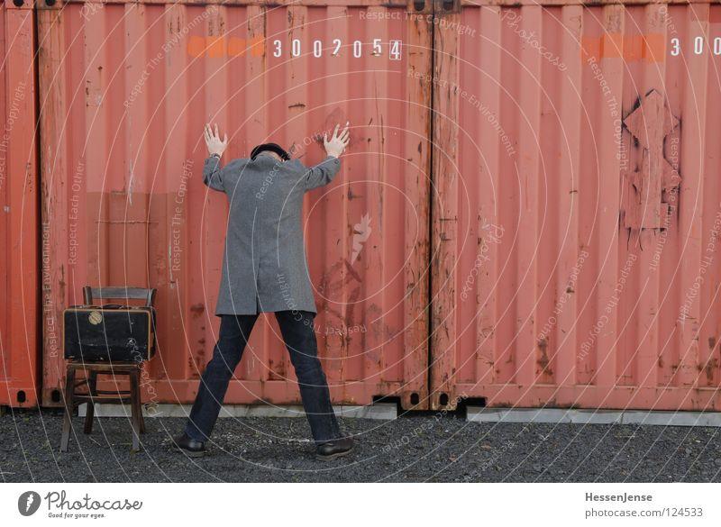 Person 21 rot Einsamkeit Zeit Angst Schriftzeichen warten gefährlich Hoffnung Stuhl Hut Koffer frieren Gott Mantel Trennung Container