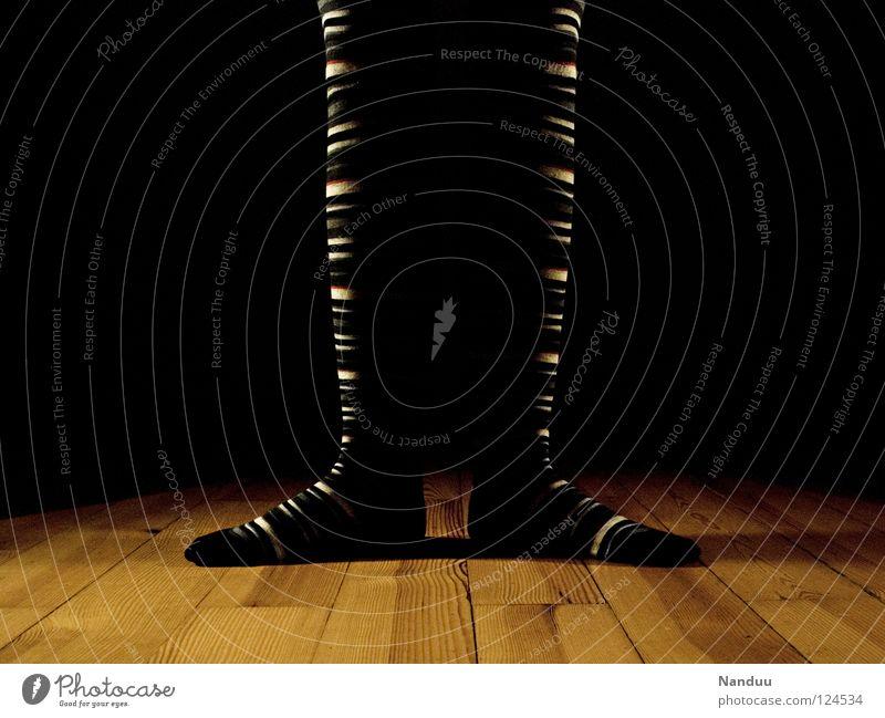 La danse des chaussettes | Anfang dunkel Spielen Beine Fuß Kunst Tanzen Bodenbelag Kultur Theaterschauspiel Bühne Strümpfe gestreift Balletttänzer Scheinwerfer