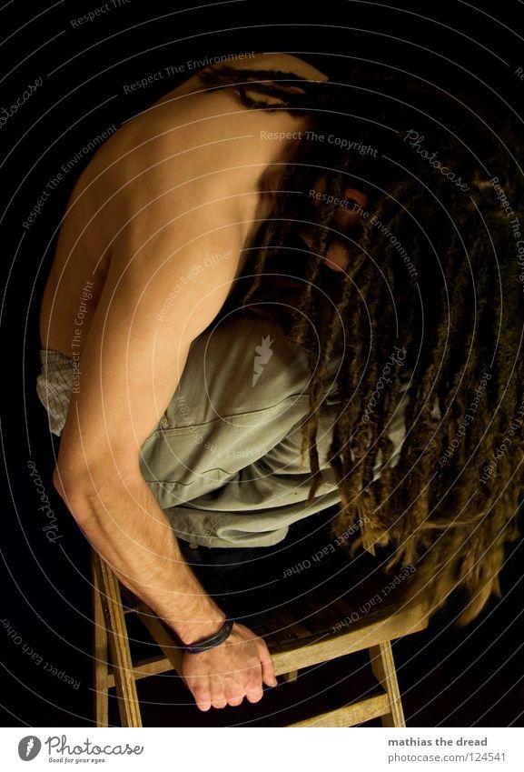 Nachzügler Mensch Mann schwarz dunkel Spielen Gefühle Holz Kopf Haare & Frisuren klein Denken hell lustig Angst Mund sitzen