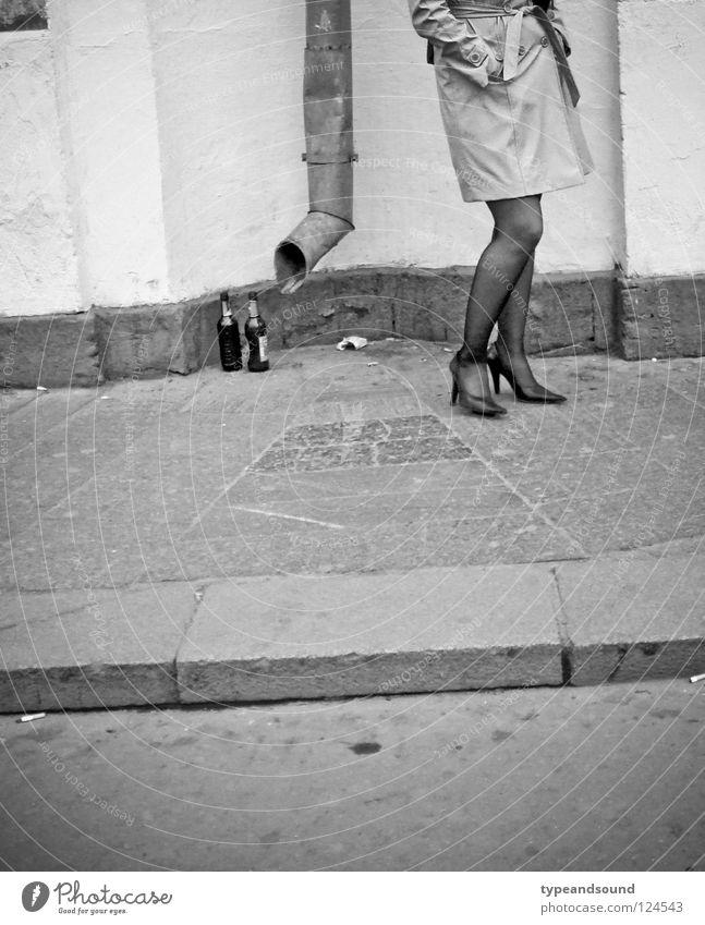 Lady Trottoir Mensch Frau Stadt schön Erwachsene Straße feminin Beine elegant stehen warten Ecke Bürgersteig Langeweile Flasche Strümpfe