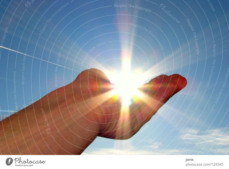 Sonntag Sonnenstrahlen Hand Himmel blau Sommer Wärme hell Beleuchtung Kraft Umwelt Licht Natur Finger Energiewirtschaft