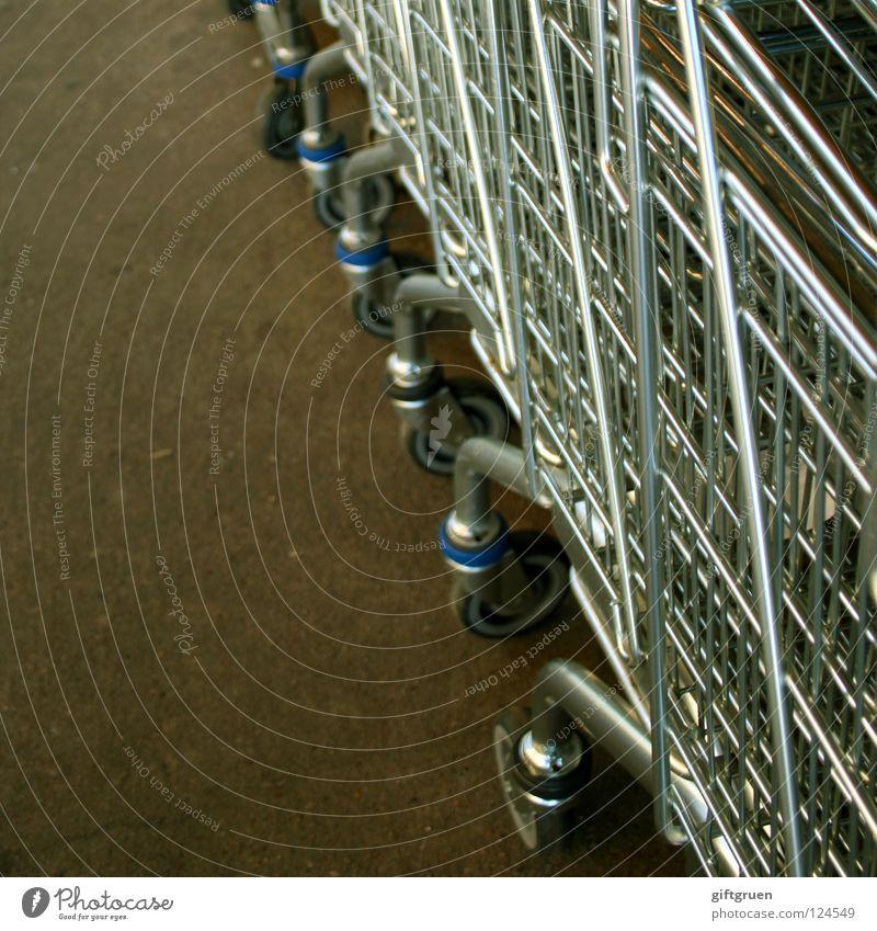 shop 'til you drop! grün Wand Metall viele Rad Supermarkt Konsum Einkaufswagen Behälter u. Gefäße hintereinander