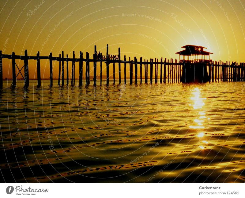 Sonnenkraftwerk Myanmar Mandalay Teak Holz Holzbrücke Asien Abenddämmerung See Gegenlicht Licht Brücke Himmelskörper & Weltall u-bein Pfosten Wasser Schatten