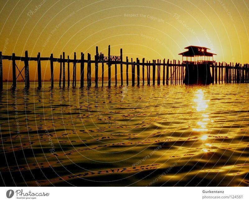 Sonnenkraftwerk Wasser Sonne Holz See gold Brücke Asien Gegenlicht Furche Abenddämmerung Pfosten Myanmar Himmelskörper & Weltall Teak Mandalay Holzbrücke