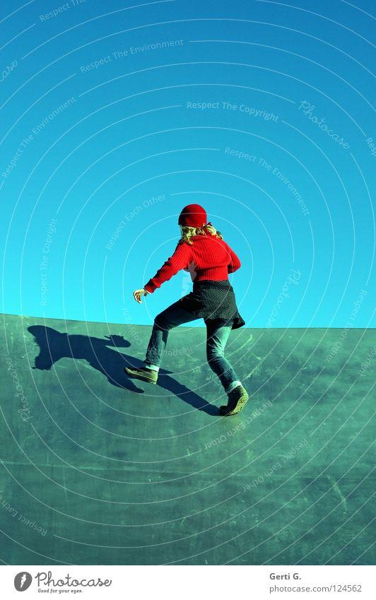 Rotkäppchen am Tellerrand Mädchen Jugendliche Chucks rot Seil Strickjacke Hand gestikulieren Baseballmütze Aussicht Am Rand Grenze himmelblau springen