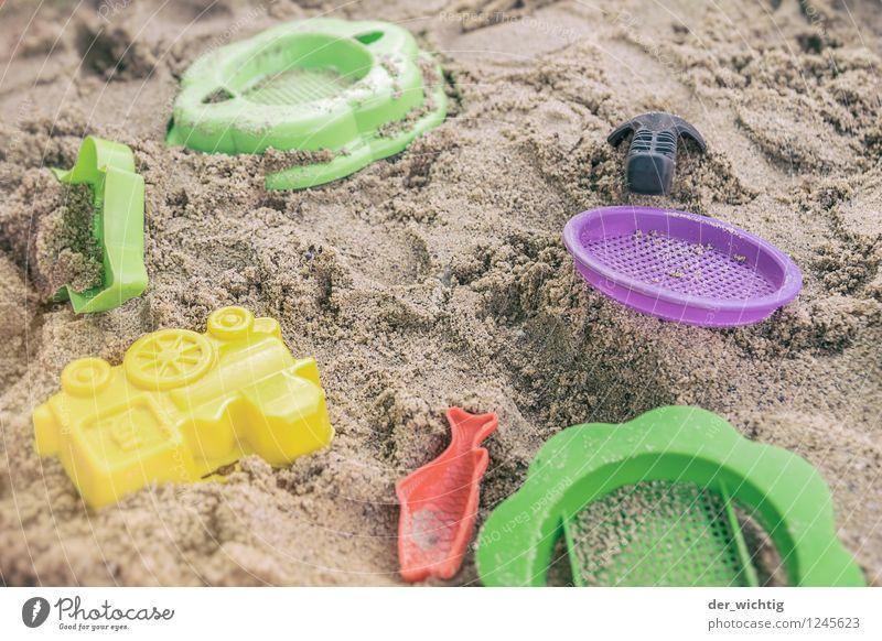 Speilzeuch Spielen Basteln Sandspielzeug Ferien & Urlaub & Reisen Sommer Sommerurlaub Sonne Seeufer Strand bauen entdecken blau gelb grün violett rot Sandkasten