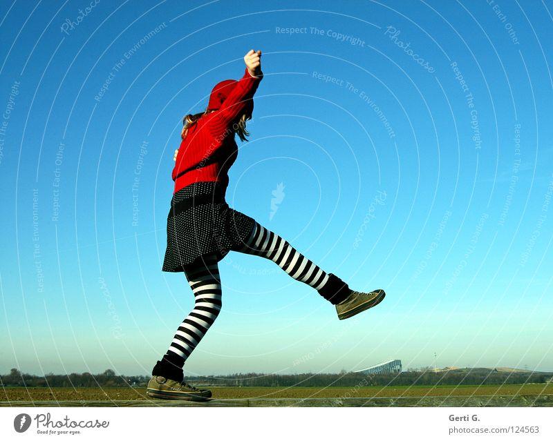 Es war einmal eine Skihalle Jugendliche blond Baseballmütze Rotkäppchen Strumpfhose gestreift gepunktet Seil rot himmelblau Feld Hintergrundbild Zufriedenheit