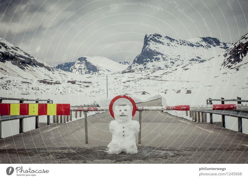 STOP Ferien & Urlaub & Reisen Landschaft Wolken Ferne Winter dunkel Berge u. Gebirge Umwelt Traurigkeit Schnee Felsen Tourismus Schilder & Markierungen Ausflug
