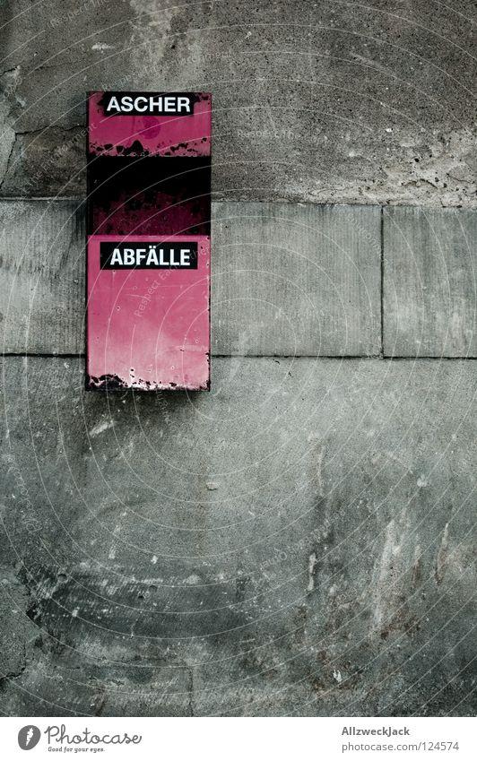treffpunkt Wand grau dreckig Schriftzeichen Buchstaben Suche Dinge Rauchen Müll genießen Putz Ekel Teer hässlich Müllbehälter ungesund