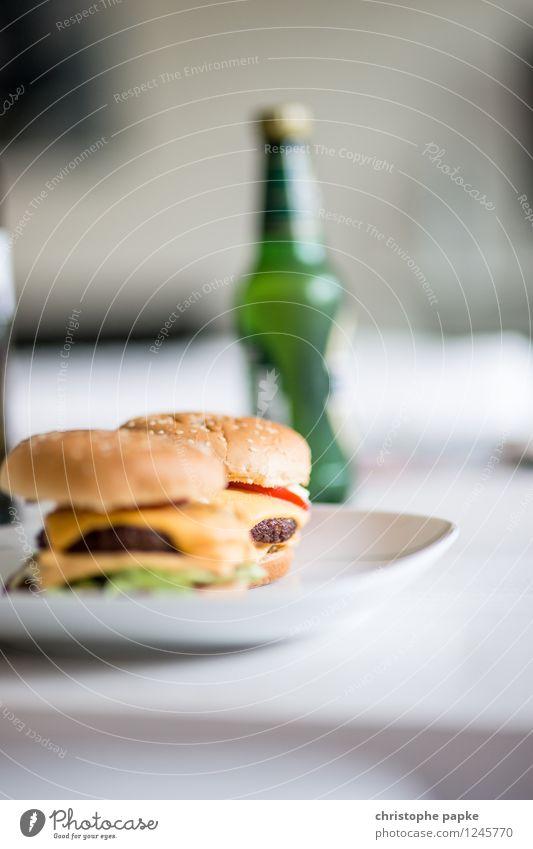 Burger and Beer Lebensmittel Ernährung Mittagessen Abendessen Fastfood Getränk Alkohol Bier Teller Wohnung Tisch Wohnzimmer lecker Hamburger Cheeseburger