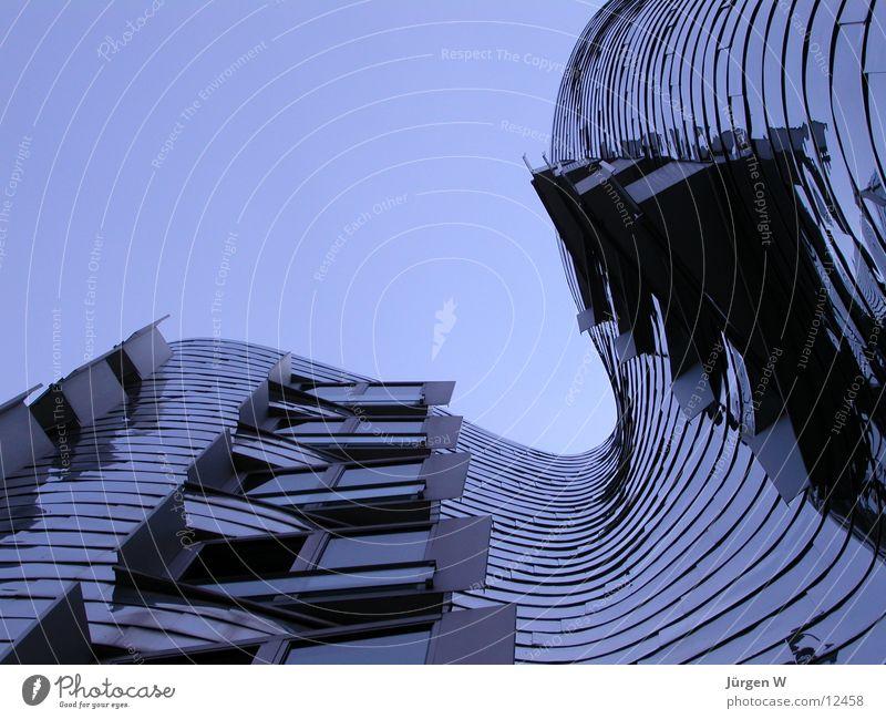 Blaue Stunde Himmel blau Haus Architektur hoch Hafen Stahl Neigung Düsseldorf krumm Portwein Zollhof Gehry Bauten